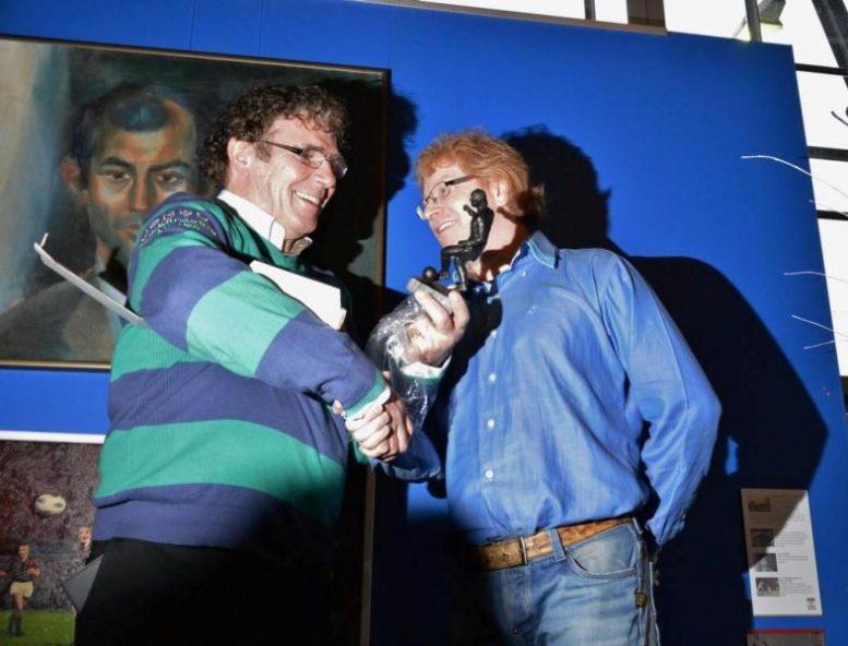 """Ter ere van Willem van Hanegem's 70-ste verjaardag, genoeg redenen om een beeldje te laten maken van """"de Kromme""""."""