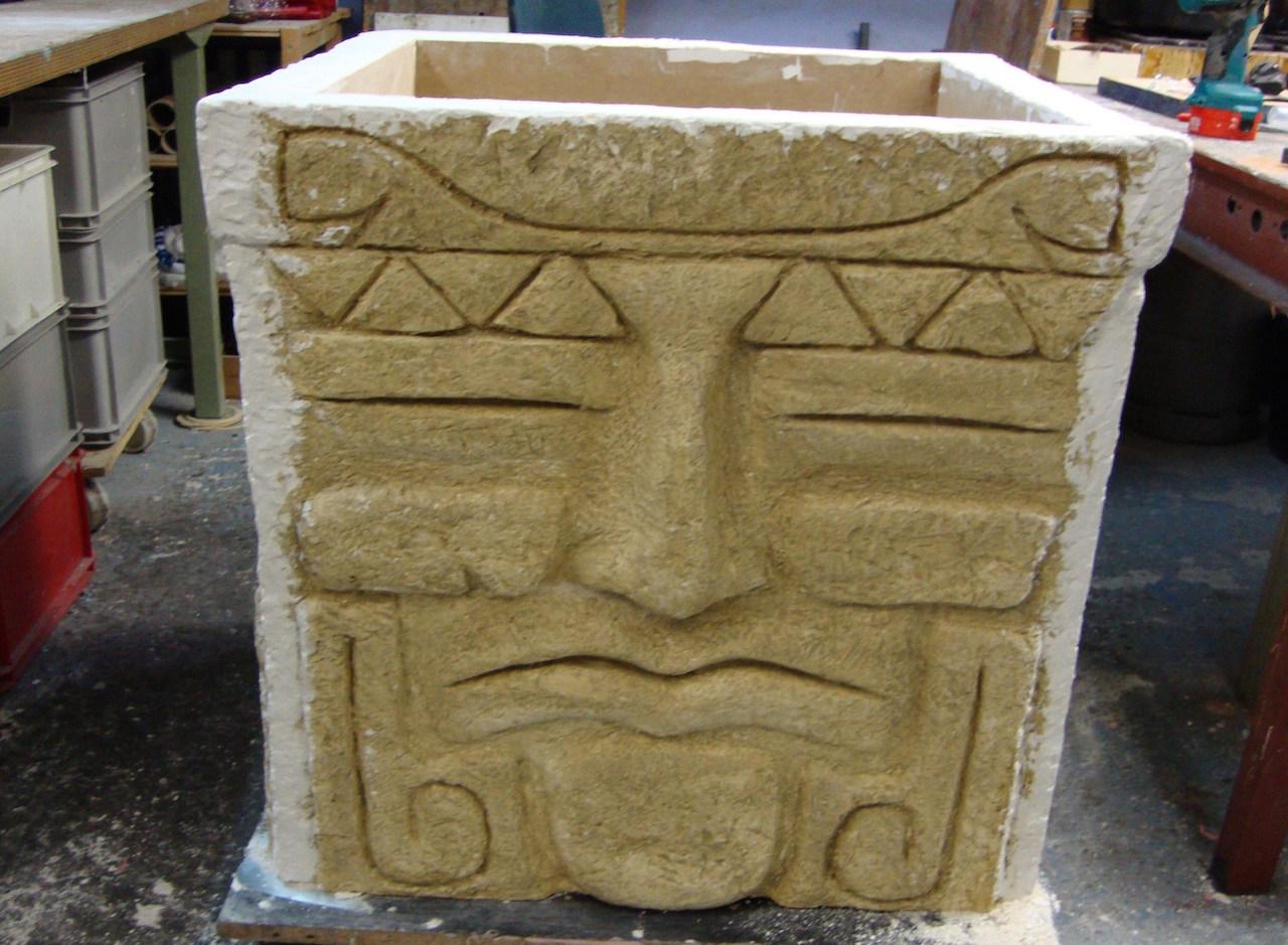 """Model in hout en gips, voor betonnen """"boombak""""."""
